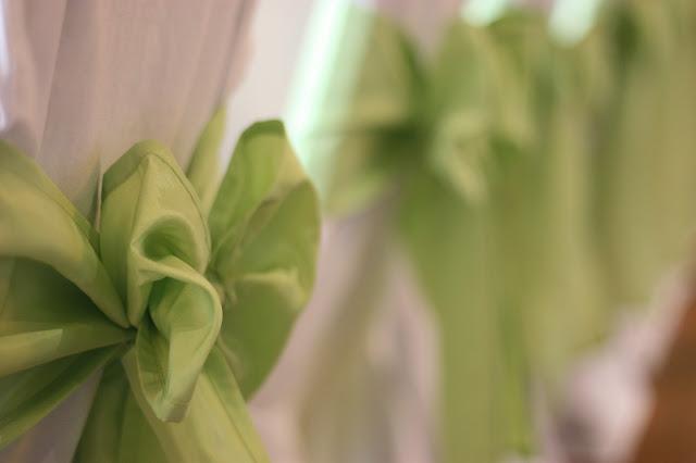 Grüne Stuhlschleifen, Frühlingsdekoration Herbsthochzeit mit bunten Wiesenblumen im Hochzeitshotel Garmisch-Partenkirchen Riessersee Hotel Bayern, heiraten in den Bergen