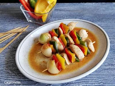 Brochetas de pollo y verduras con salsa