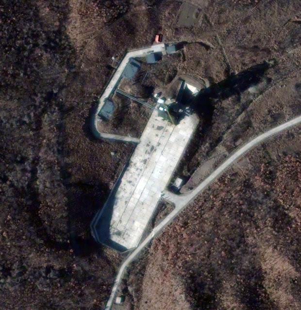 Trạm phóng tên lửa Sohae, Triều Tiên vào ngày 26/11/2012, hình ảnh vệ tinh này cho ta thấy hoạt động ở đây tăng nhiều lên đáng kể. Những hoạt động này gần với ngày phóng tên lửa Unha 3 (Galaxy 3) bị thất bại hôm 13/4/2012, bạn có thể thấy Kwangmyongsong 3 được mang ra, những doan trại, quân nhân, xe tải, nhiên liệu,... được xây dựng và điều động ra đây rất nhiều, có thể Triều Tiên đang chuẩn bị cho một sự kiện phóng tên lửa mới vào vài tuần tới (giữa tháng 12 năm 2012). Hình ảnh: DigitalGlobe via Getty Images.