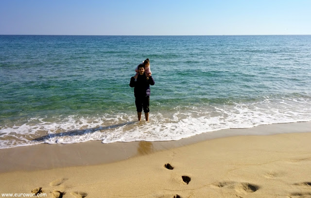 Felipe con Elsa en una playa de la costa surcoreana