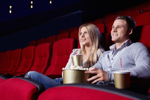 Pareja en el cine donde el hombre da señales de lo mucho que quiere a su chica