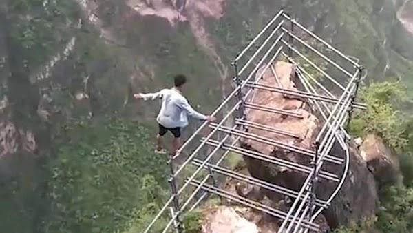 """Las acrobacias más peligrosas del """"hombre volador"""", el equilibrista chino que saltó a la fama con sus travesías"""