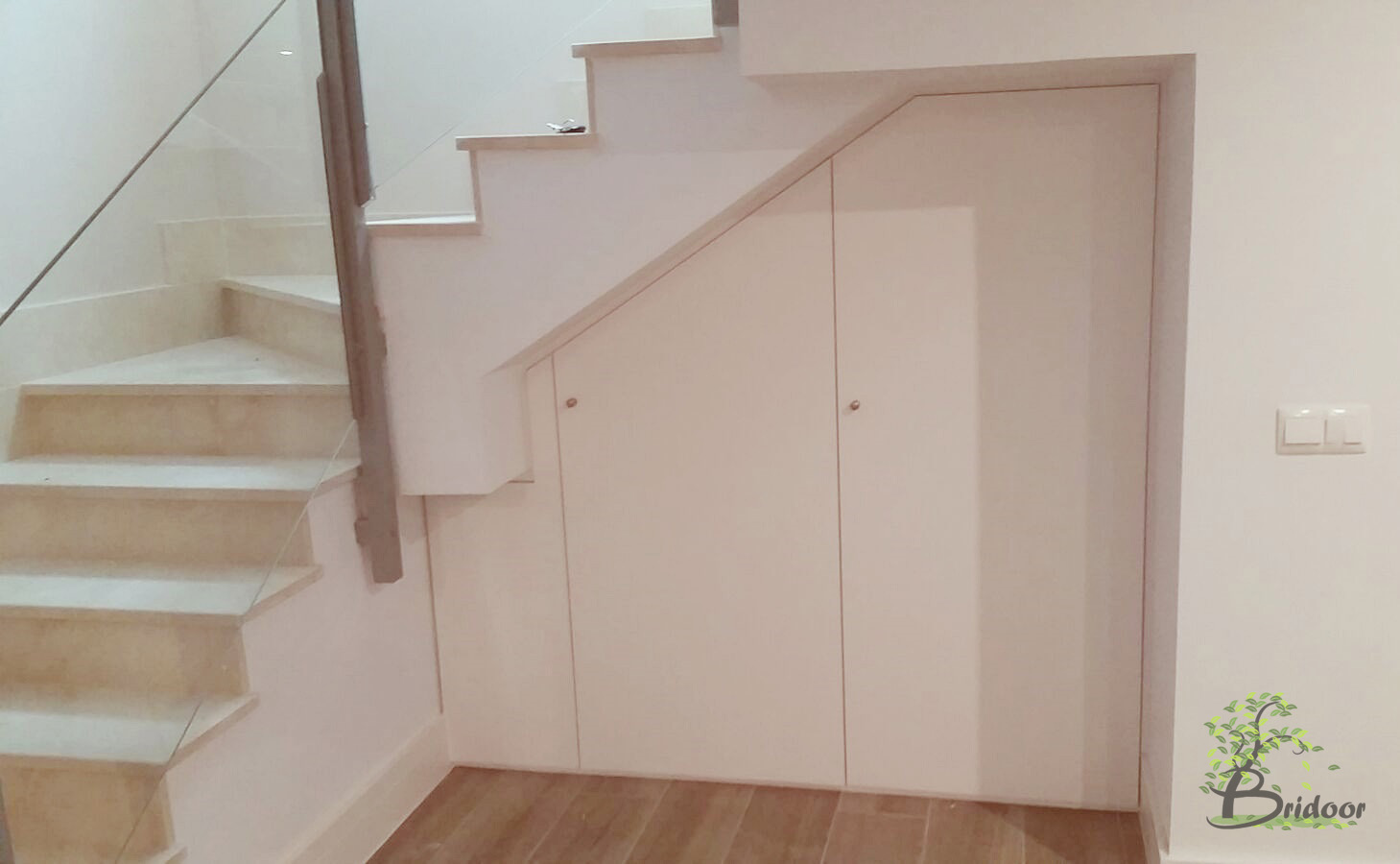 Bridoor s l puertas lacadas para un armario debajo de la for Armarios para escaleras