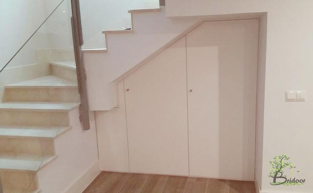 Bridoor s l puertas lacadas para un armario debajo de la for Closet en escaleras