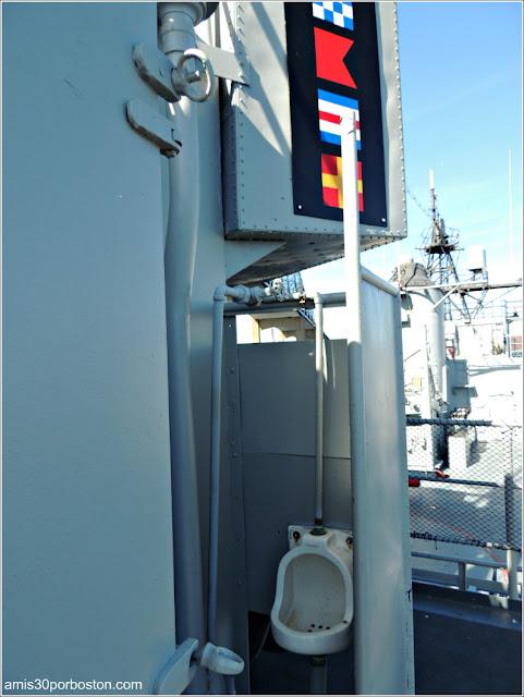 Retrete Exterior en el USS JOSEPH P. KENNEDY, JR. DD850