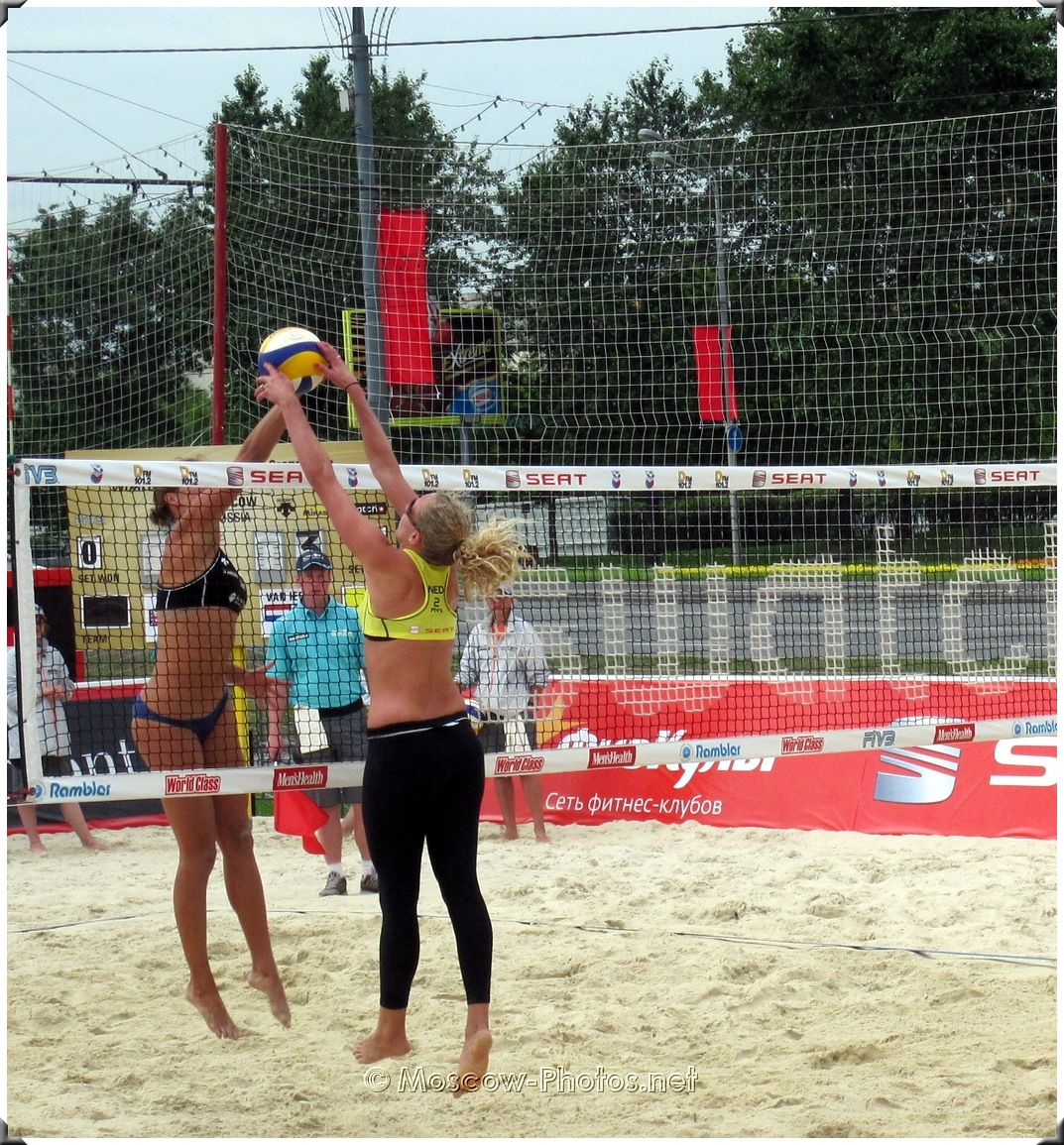 BEACH VOLLEYBALL SPIKE AGAINST THE BLOCK