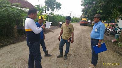 Jalan di Dusun Pesanggaran dibuat mulus dengan pengerasan .