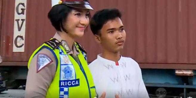 Walah Dalah, Pelajar Ini Rela Ditilang Demi Minta Foto Sama Polwan Cantik!