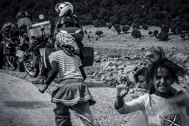 niños pidiendo en la carretera