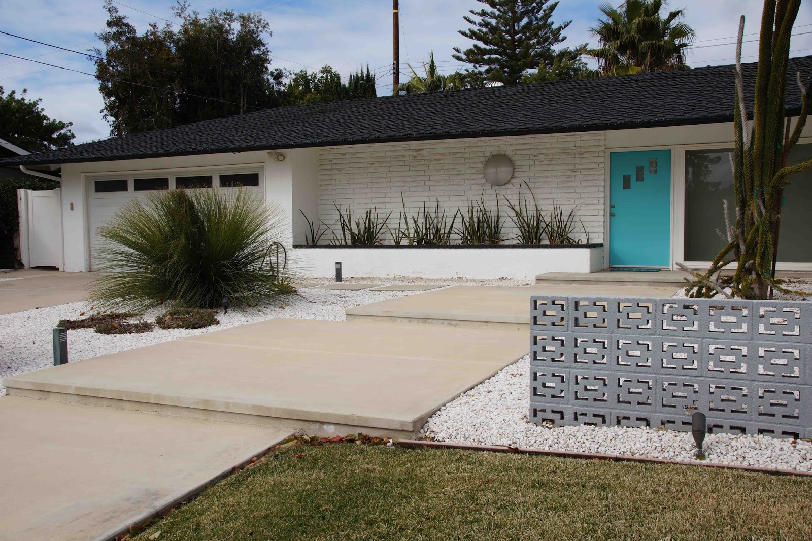 Mid century retro modern ranch house landscape for Minimalist ranch house