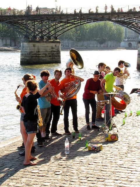Musicians playing under the sun, quai François Mitterrand, Paris