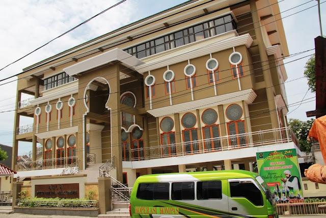 Wisata Religi Makam Sunan Malik Ibrahim