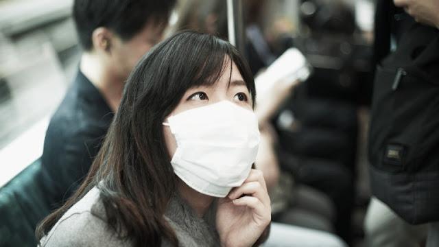 Wanita jepang mengenakan masker bedah