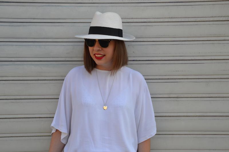 blouse blanche H&M, panama, medaille l'atelier d'amaya