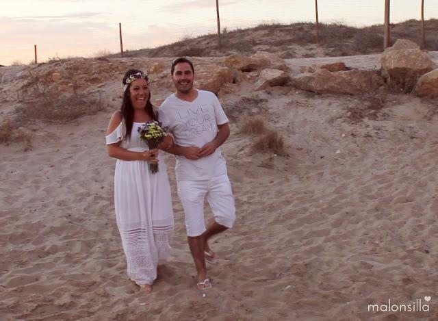 Boda ibicenca, novia con ramo y tocado Malonsilla de siemprevivas y padrino con camiseta Live your Dream