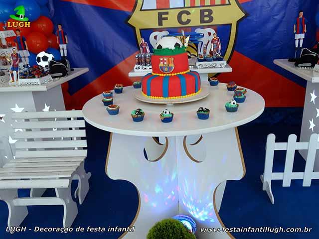 Mesa decorativa provençal com o tema Barcelona para festa de meninos