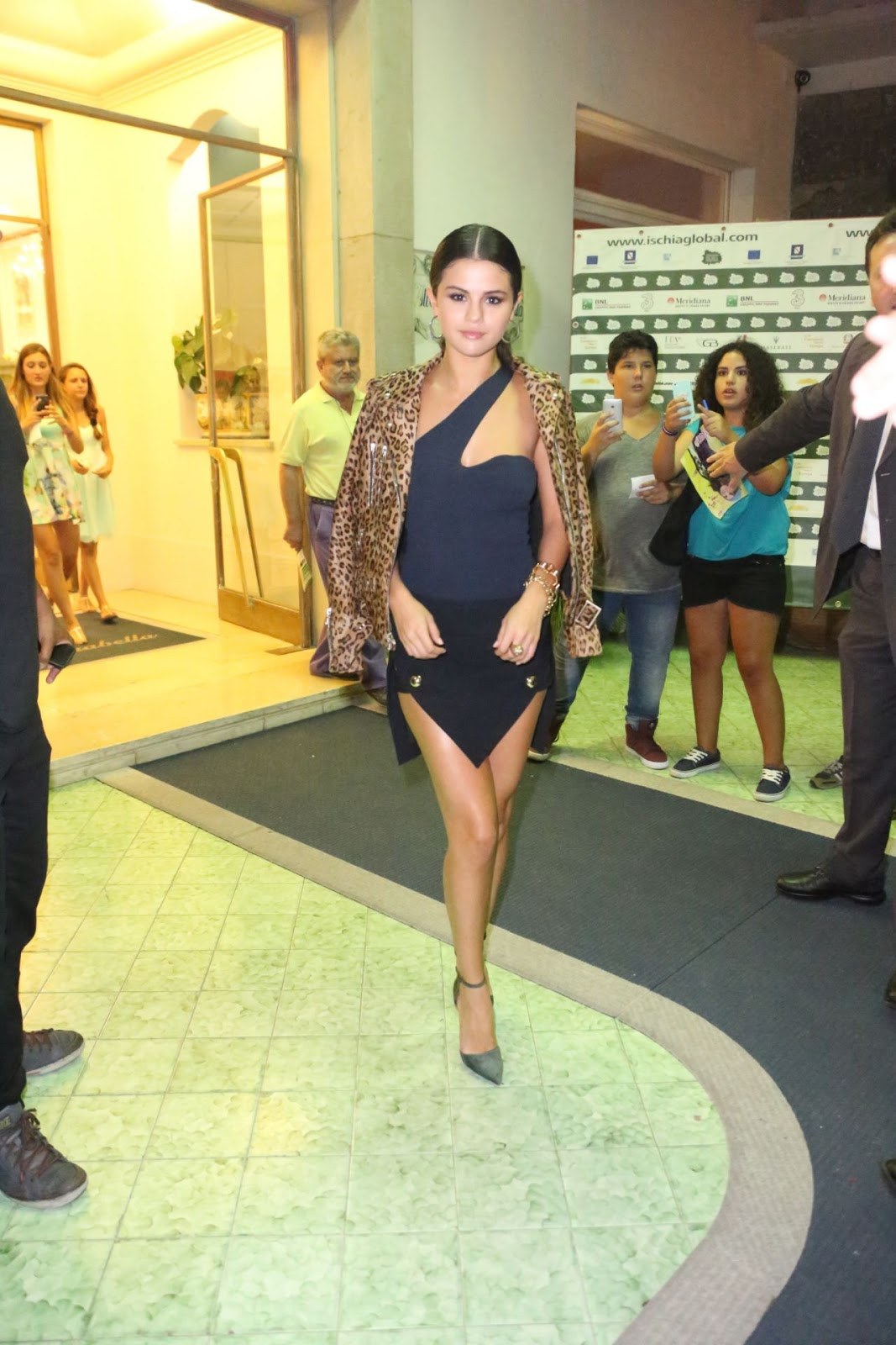 Teppich Leopard Selena Gomez Flaunts Long Legs In An Anthony Vaccarello