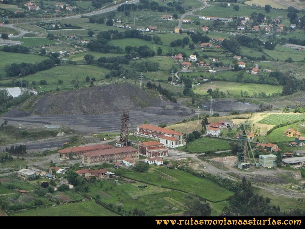 Senda Verde Camocha - Pico Sol - Piles: Vista de la mina de la Camocha desde el Pico del Sol
