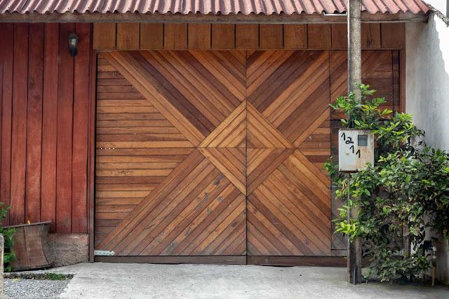 Uma casa nova de madeira - detalhe da porta da garagem