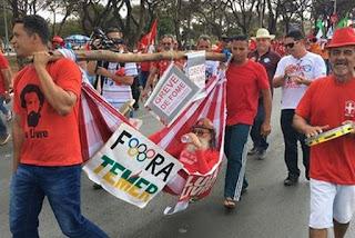 Paraibano em greve de fome é carregado em rede em marcha pró-Lula