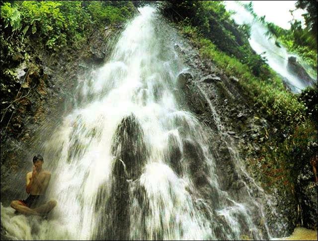 Menikmati Dingin & Jernihnya Air Curug Ciwangi