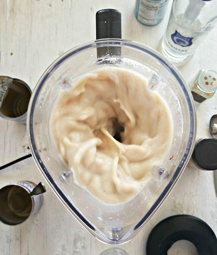 Cómo hacer coquito puertorriqueño: se mezclan los ingredientes en el vaso de la licuadora