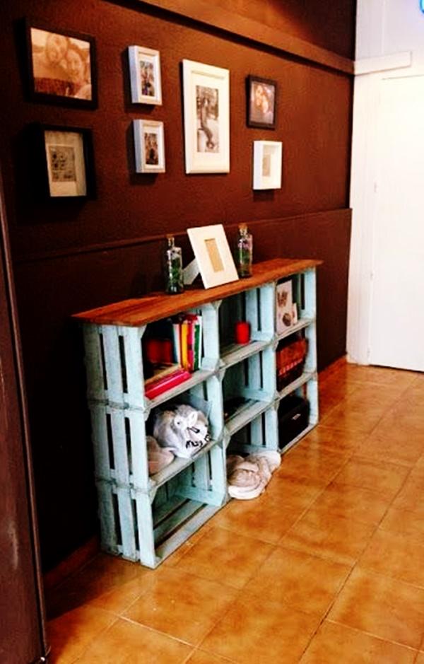 Estante de livros com caixotes de madeira,