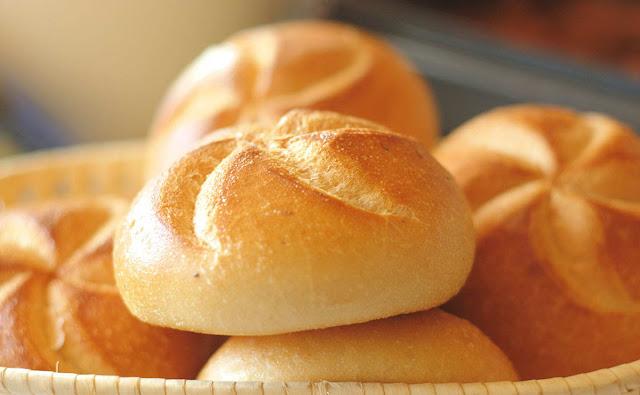 الخبز بالحليب في سلة تقديم