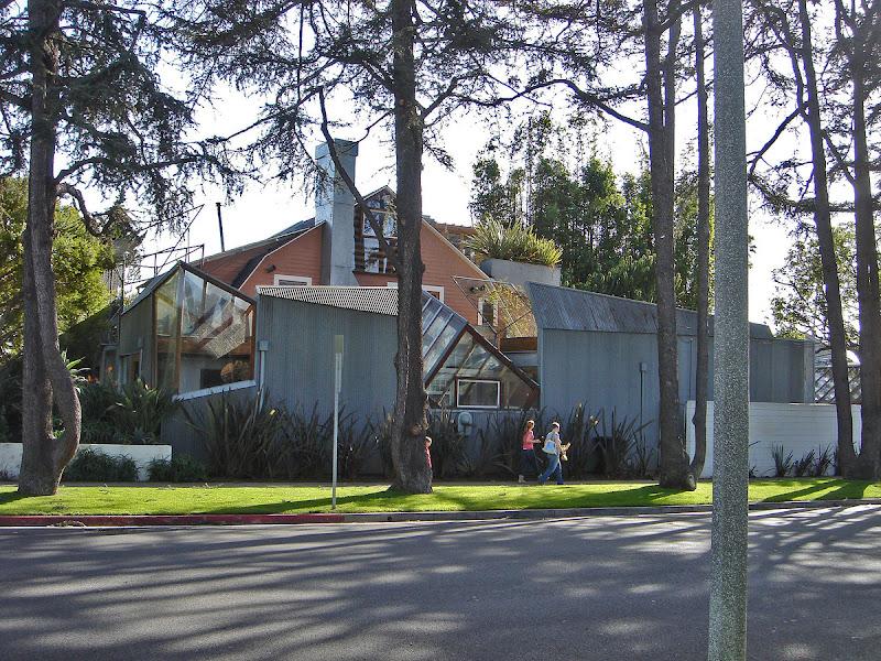 Casa en Santa Monica. Envolvió la vivienda con materiales baratos.
