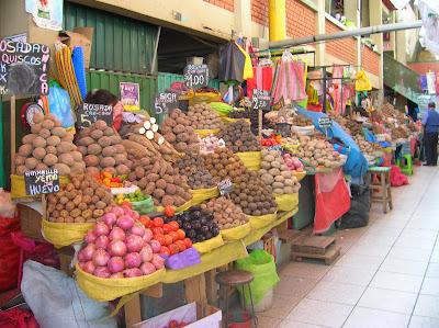 Puesto de patatas, Mercado San Camilo, Arequipa, Perú, La vuelta al mundo de Asun y Ricardo, round the world, mundoporlibre.com