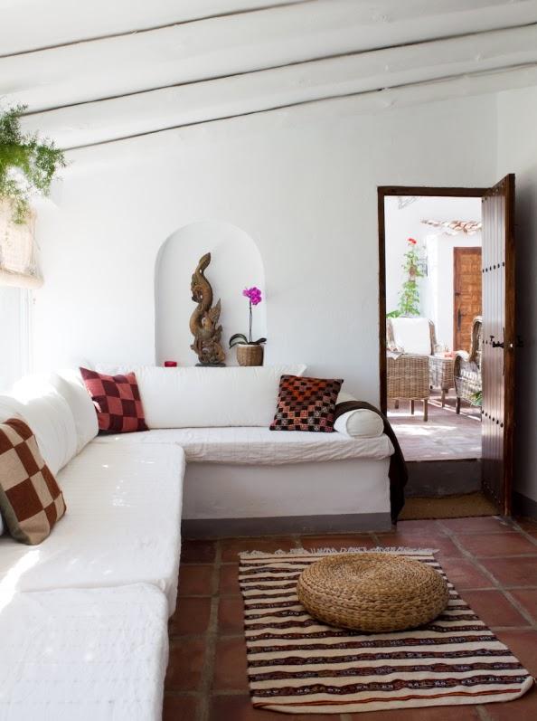 sofa de obra con cojines etnicos chicanddeco
