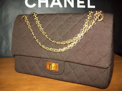 820368bcd Η αυθεντική εκδοχή 'Chanel 2.55': - Τετράγωνο κούμπωμα (γνωστό διεθνώς ως  'Mademoiselle Lock').