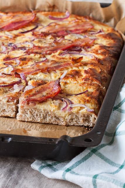 Dizana pita sa slaninom i crvenim lukom