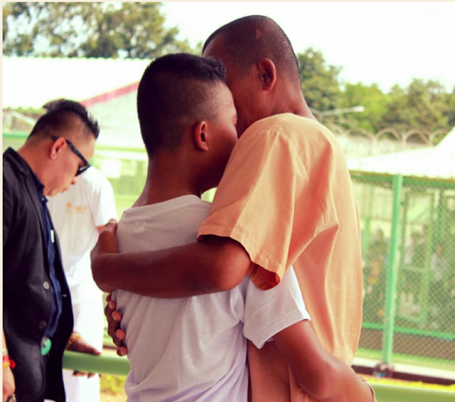 Son And Dad Emotional Meet-up in Prison/Arom Khunmoung Facebook