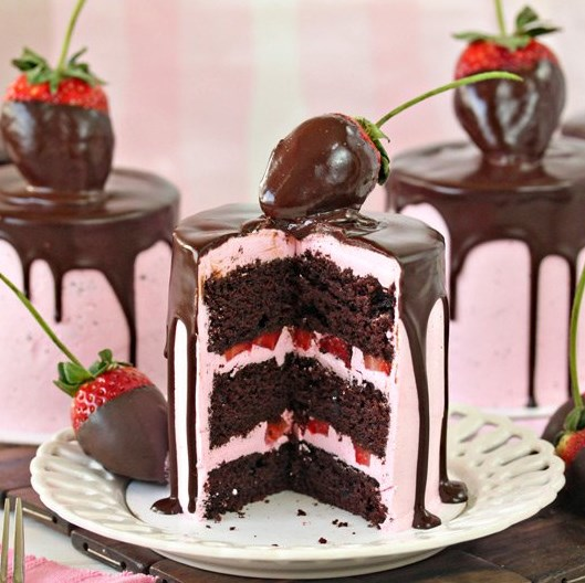 CHOCOLATE-COVERED STRAWBERRY CAKES #dessert #chocolatecake