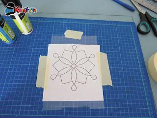 fissare il disegno e il foglio di plastica al vostro piano di appoggio
