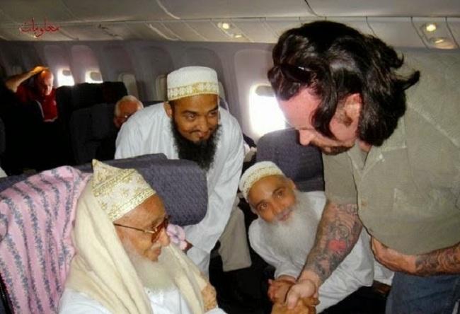 Info heboh Mark William Calaway atau yang dijuluki Undertaker diisukan masuk Islam setelah menjumpai seorang Syeikh di dalam sebuah pesawat