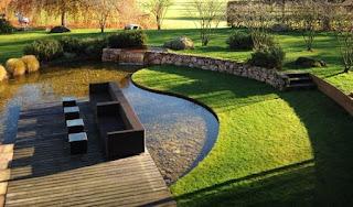 jardin con lago artificial