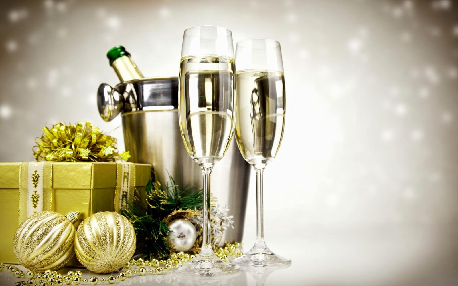 Wallpaper met champagne, kerstballen en cadeau
