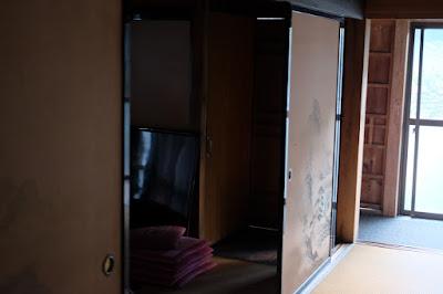 古民家カフェ・ひとつ石 正面の奥に見えるのが秘密の部屋の扉