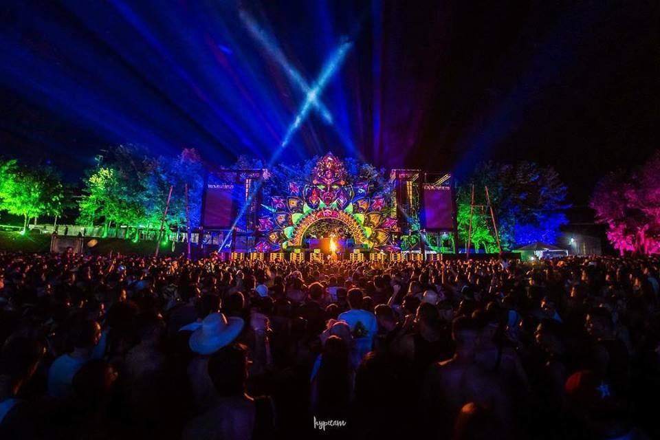 Raves: a delicada discussão sobre drogas e o prazer pela música