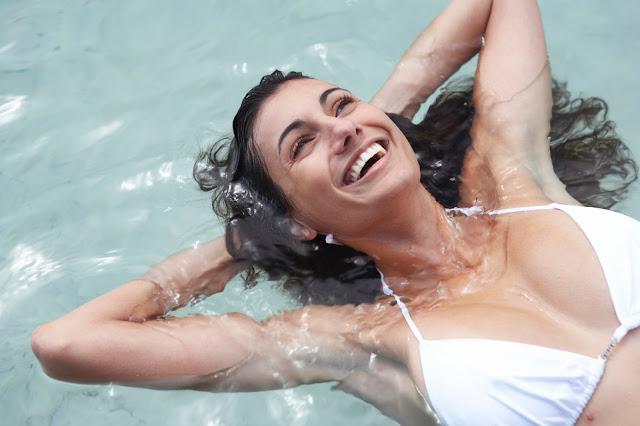 Cara Melindungi Rambut Saat Berenang