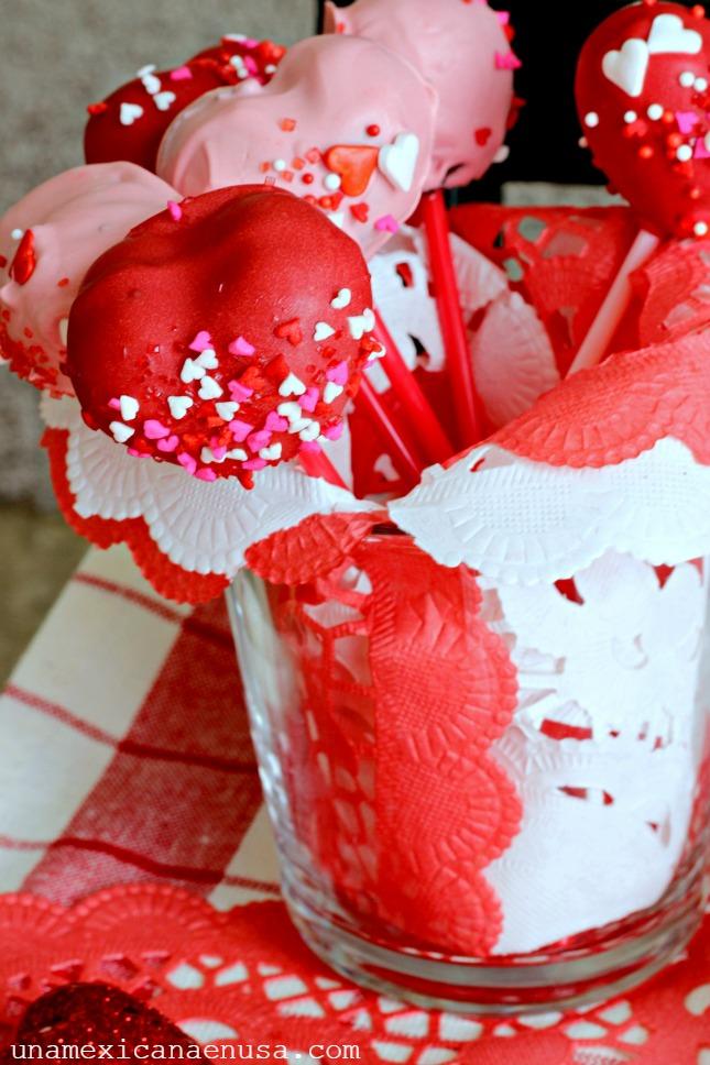 Corazones de chocolate para el Día de San Valentín en un vaso de cristal.