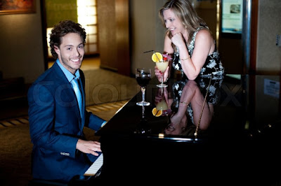 Trưng bày đàn piano cho quán cafe thêm hút khách