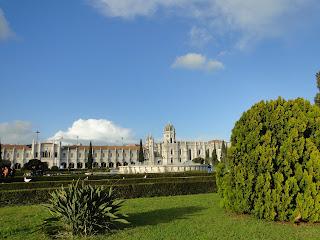 Mosteiro dos Jeronimos com praça na frente em Belém