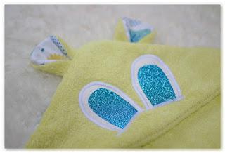 sortie de bain bébé verte et yeux bleus à paillettes oreilles capuche