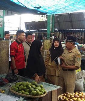 Tim gabungan Polres Asahan dan Bagian Ekonomi Pemkab Asahan saat meninjau pasar.