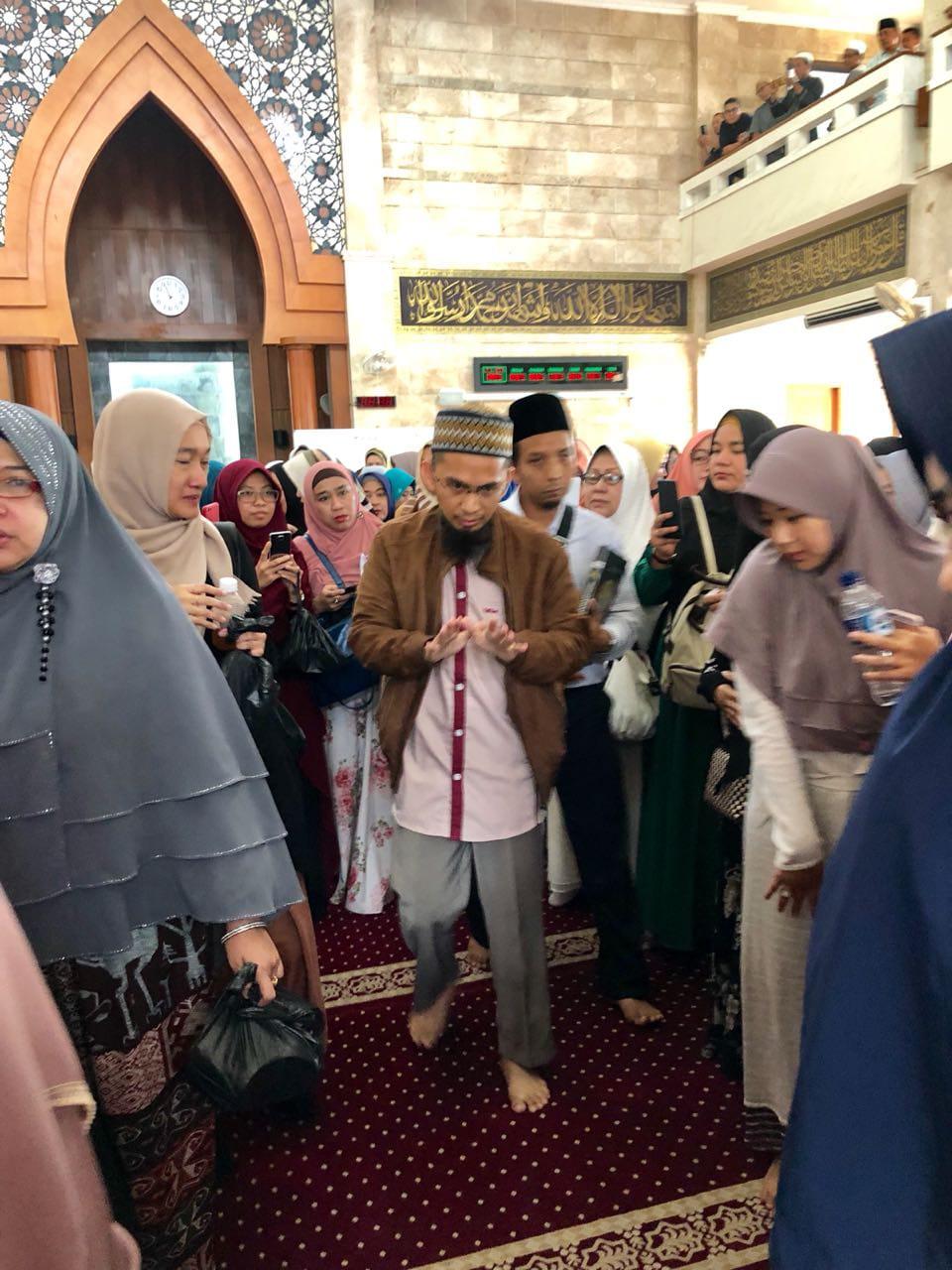 Ustadz Adi Hidayat Tanyakan Ini, Pelaku Persekusi Tak Berkutik