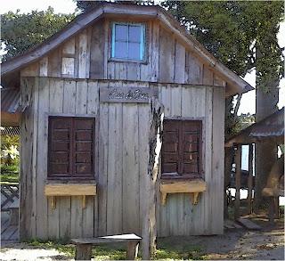 Réplicas de Madeira de Casas Italianas, no Centro de Arvorezinha