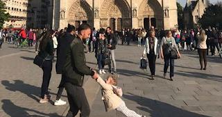 Παναγία των Παρισίων: Βρέθηκε ο άνδρας και το κoριτσάκι που έγιναν viral